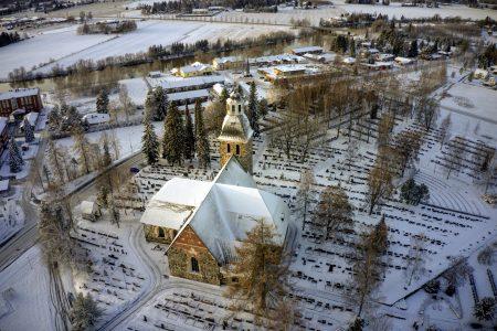 Kirkko talviasussa